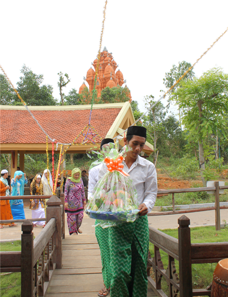The bridegroom delegation brought the offerings to the bride family in the asking ceremony